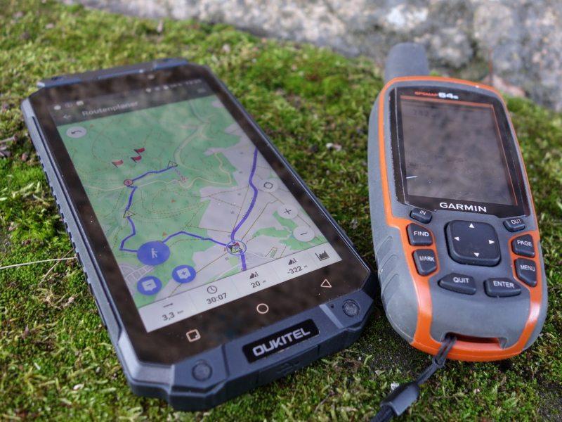 Rugged-Smartphone und Garmin GPSmap 64s