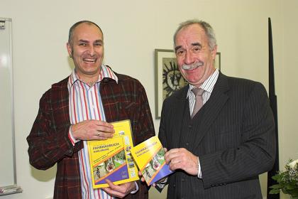 Freude bei der Buchübergabe: Norbert Daubner (l.) und Harald Denecken