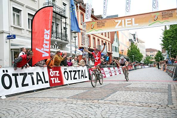 Der Schweizer Alexandre Moos freut sich über seinen Sieg bei der Worldclass Mountainbike Marathon Challenge 2010 (Foto Copyright: Patrick Reimann)