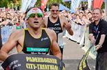 Daniel Unger, Triathlon-Weltmeister 2007, und das Hansgrohe Team wollen beim Bundesliga-Finale in Offenburg so richtig Gas geben und – wie hier beim diesjährigen Paderborner City-Triathlon – als Sieger durchs Ziel laufen.