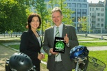 ADFC-Fahrradklima-Test 2014 gestartet: Katherina Reiche, Parlamentarische Staatssekret�rin im BMVI und ADFC-Bundesgesch�ftsf�hrer Burkhard Stork. (Quellenangabe / Rechte: BMVI)