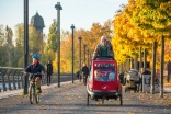 Radfahrende Kinder dürfen jetzt von Erwachsenen auf dem Bürgersteig begleitet werden (Fotorechte: ADFC/Gerhard Westrich)