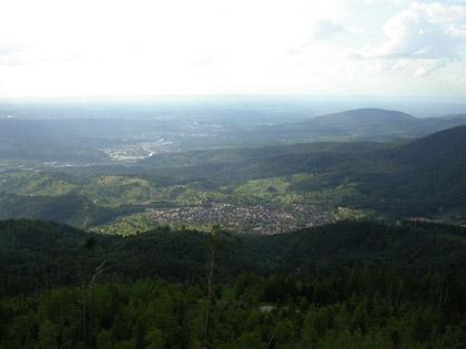 Blick von der Teufelsmühle über Loffenau ins vordere Murgtal auf Gaggenau und das Rheintal bei Rastatt (Fotograf: Tobias Helfrich, GNU)