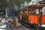 Die Bahn und der schöne Platz in Soller