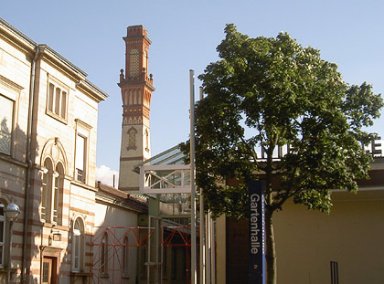 Der historische Kamin befindet sich heute mitten in der Gartenhalle.