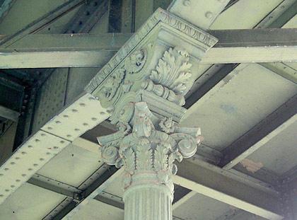 Stahltütze mit Kapitell an der Hirschbrücke