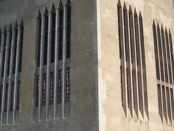 Beckerturm: expressionistische Fensterreihen