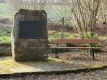Krähenberg-Meteorit: Gedenkstein mit Informationstafe