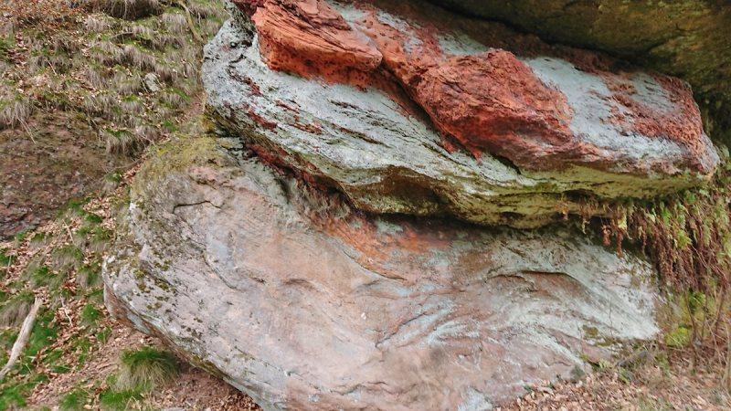 Behauener Felsen am Wohnplatz der Steinzeitmenschen