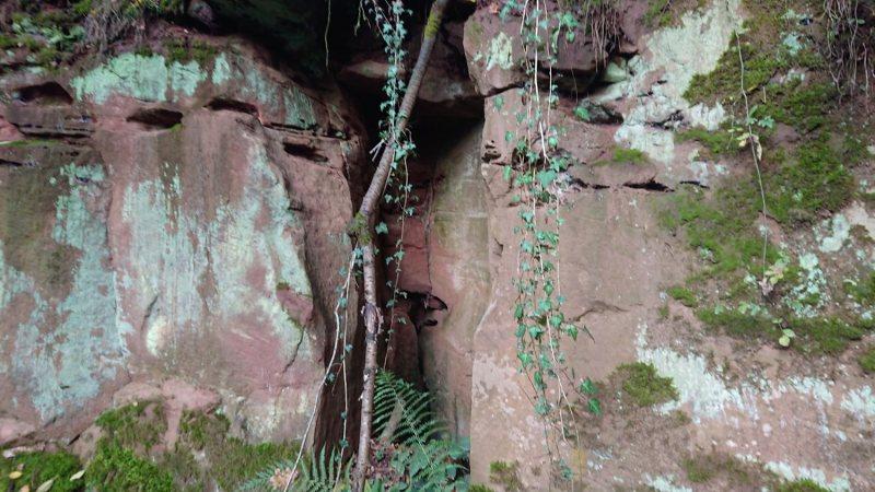 Felsspalte bei der Burgruine Wiesbach