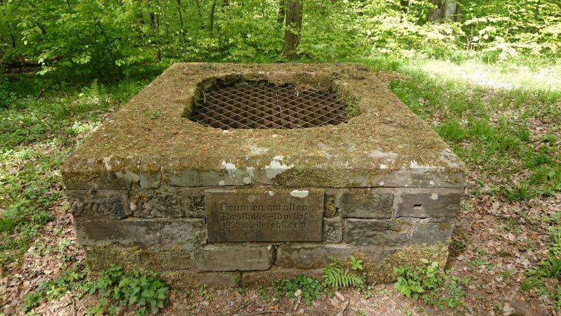 Brunnen am alten Forsthaus (ehem. Schlossanlage Karlsberg)